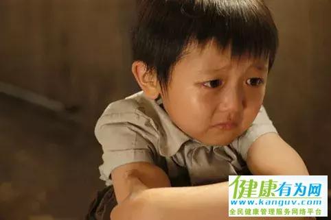 """""""再哭,就去门外哭 """",这句话的杀伤力有多大?"""