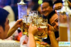 对于爱喝啤酒的人来说,出现这些症状应戒酒