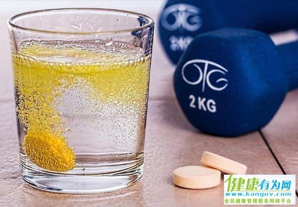 健身期间,该喝运动饮料,还是喝水呢?一起分析一下