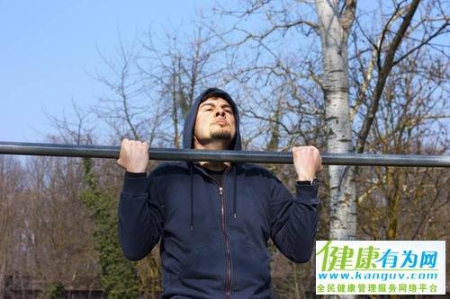 怎样做到引体向上中背部发力?教你两招,充分刺激背部肌肉