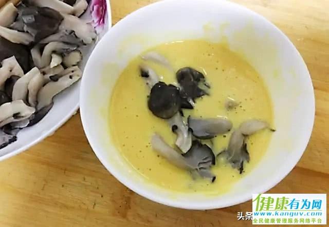 这才是干炸蘑菇的正确做法,又香又酥不油腻,一顿不吃就馋得慌!